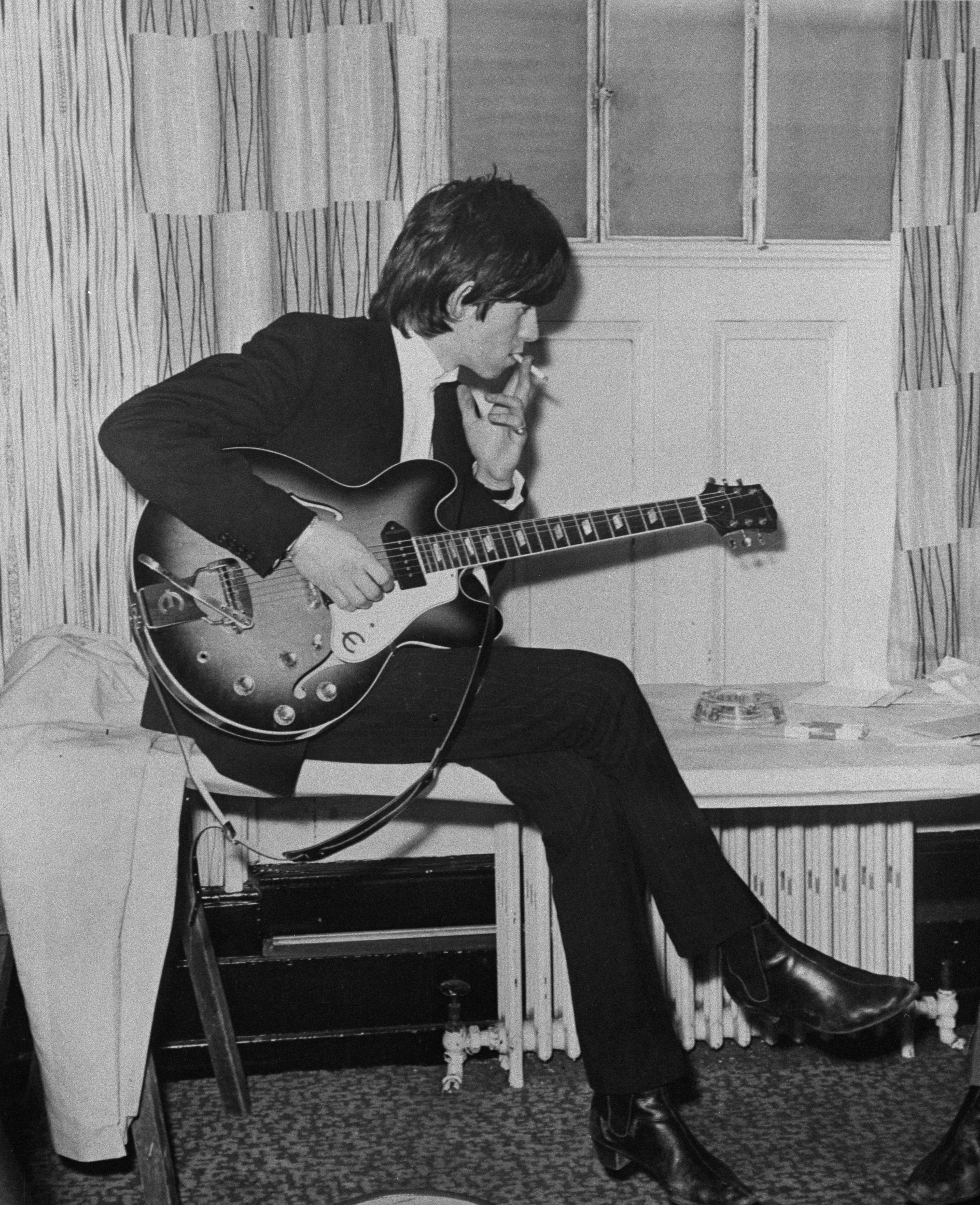 English guitarist Keith Richards of the Rolling Stones, circa 1965.   (Photo by Keystone Features/Hulton Archive/Getty Images)