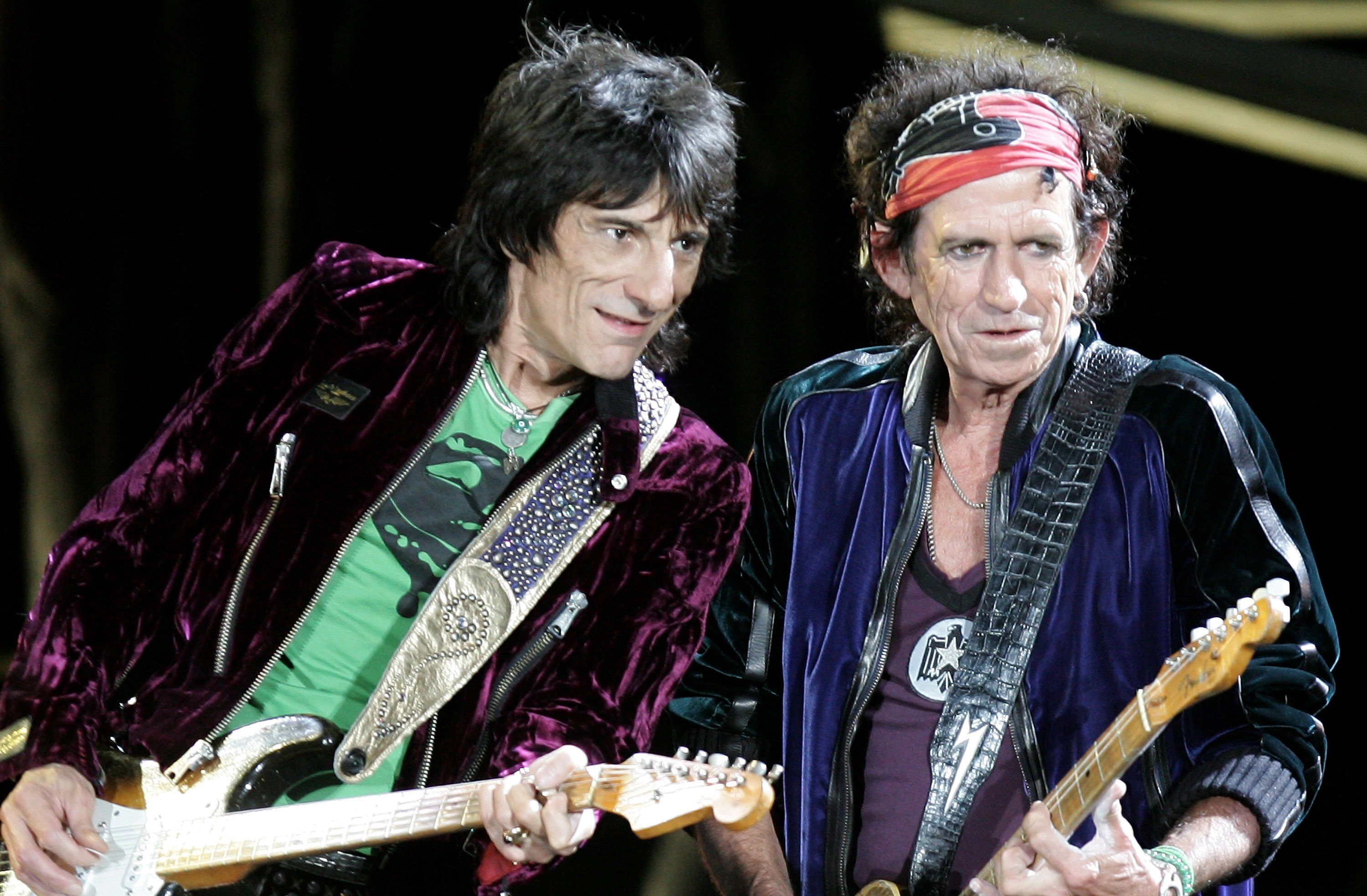 LONDON - AUGUST 20:  The Rolling Stones members Keith Richards and Ron Wood(L) perform on stage at Twickenham Stadium August 20, 2006 in London, England.   (Photo by MJ Kim/Getty Images)